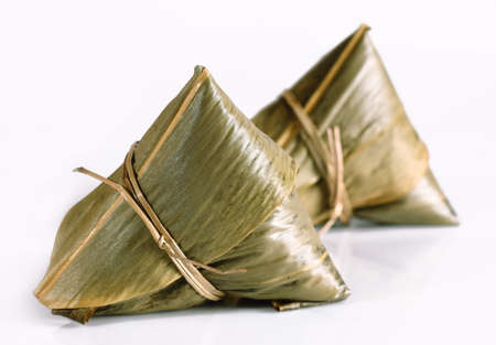 arroz chino: Tradicionales albóndigas de arroz chino caseras aisladas en el fondo de color blanco