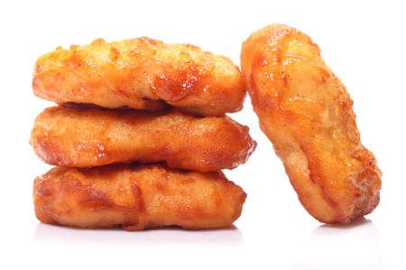 nuggets de pollo: Nuggets de pollo crujientes aislados sobre fondo blanco