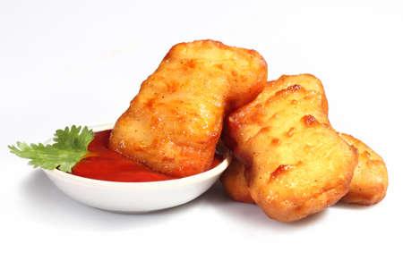 nuggets pollo: Nuggets de pollo crujientes aislados sobre fondo blanco