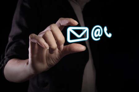 aide à la personne: Main montrant le contact icône sur l'écran virtuel Banque d'images
