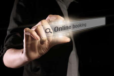 Hand zeigt Online-Buchungstext auf dem virtuellen Bildschirm Standard-Bild
