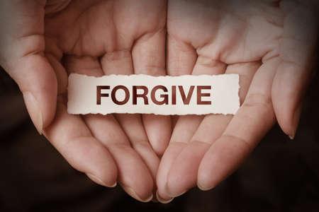 perdonar: Perdona texto en concepto de diseño de la mano