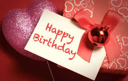 felicitaciones cumpleaÑos: Hecho a mano feliz cumpleaños tarjeta de saludos en la caja de regalo de color rojo con pimiento rojo y la decoración de la forma del amor.