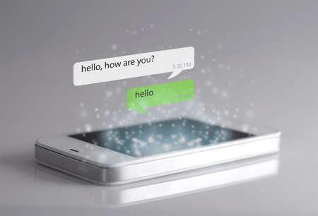 Icone di smartphone e messaggi. Un messaggio è una breve comunicazione inviata da una persona a un'altra o il tema centrale o l'idea di una comunicazione.