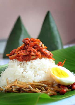 Nasi lemak is een Maleis geurige rijstschotel, gekookt in kokosmelk en pandanblad. Het komt vaak voor in Maleisië.