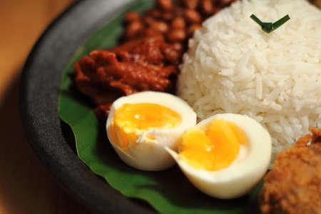 Nasi Lemak은 말레이시아, 브루나이 및 싱가포르에서 흔히 발견되는 음식입니다. 또한 말레이시아의 비공식 국가 음식이기도합니다.