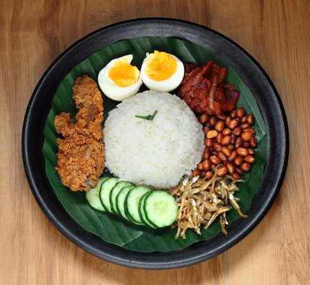 Nasi Lemak est une nourriture couramment trouvée en Malaisie, Brunei et Singapour. C'est aussi une nourriture nationale non officielle en Malaisie. Banque d'images - 83679687