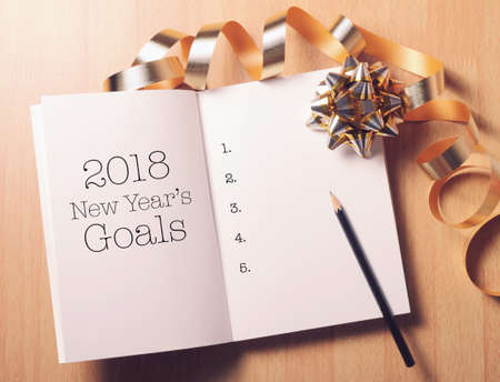 Goals 2018 list with decoration.Discover how setting goals can bring more happiness in your life. Фото со стока - 91428562