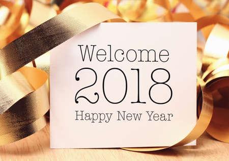 금 장식으로 2018에 오신 것을 환영합니다. 우리는 당신에게 놀라운, 평화와 의미로 가득 찬 새해를 기원합니다. 스톡 콘텐츠 - 91428598