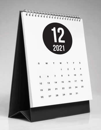 Simple desk calendar for December 2021 版權商用圖片 - 159311596
