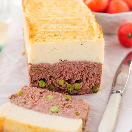 pastel de carne: Beef Pastel de carne con guisantes cubierto con queso Puré de patata, de cerca, la plaza Foto de archivo
