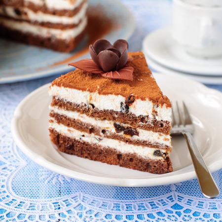 ciruela pasa: Un trozo de chocolate, Quark y la pasa Layer Cake, Cuadrado, dof bajo Foto de archivo