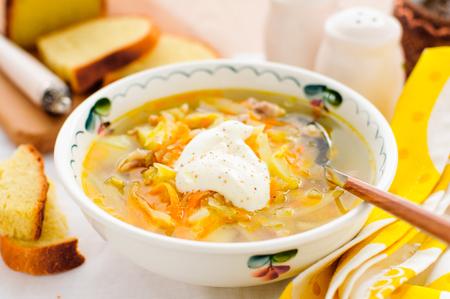 sopa de pollo: Ruso sopa de col fresca, Shchi (Stchi) con crema agria Foto de archivo