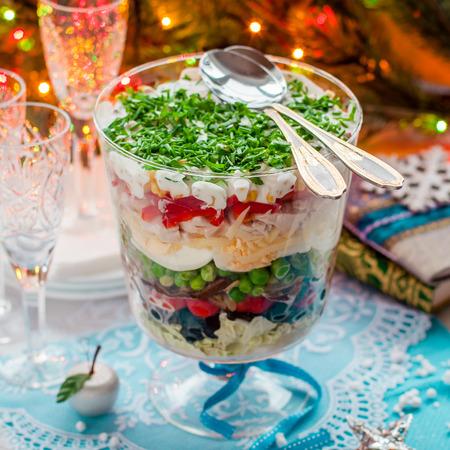 ensalada de verduras: Capas de navidad ensalada (ensalada de hojas, aceitunas negras, tomates, champi�ones, guisantes, huevos, queso, pollo, pimiento, ma�z)