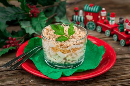 comida de navidad: Pollo de Navidad, manzana, queso y huevo Ensalada de capas con Mayonesa sirven en vasos individuales Foto de archivo