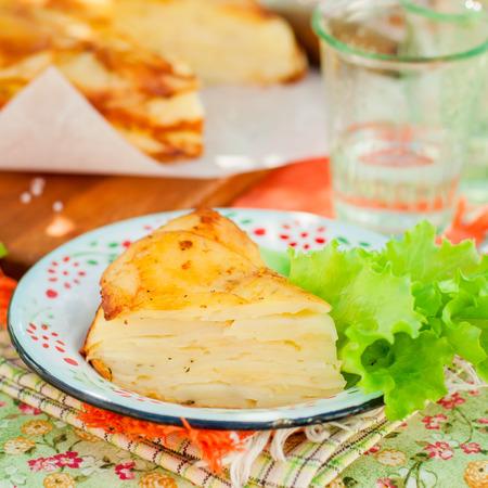 cabeza abajo: Una rebanada de rev�s Bake Potato abajo en capas (torta), plaza