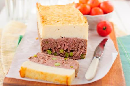pastel de carne: Beef Pastel de carne con guisantes cubierto con queso Puré de patata, copia espacio para el texto Foto de archivo