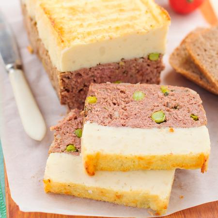 albondigas: Beef Pastel de carne con guisantes cubierto con pur� de papa con queso Foto de archivo