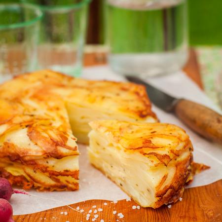 cabeza abajo: Verano patata revés Capas Hornear (torta), plaza Foto de archivo