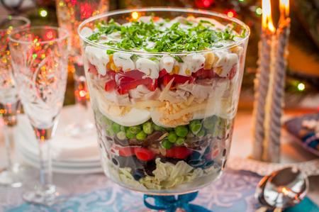ensalada: Capas de navidad ensalada (ensalada de hojas, aceitunas negras, tomates, champiñones, guisantes, huevos, queso, pollo, pimiento, maíz)