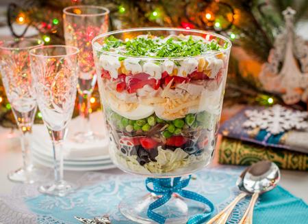 ensalada: Capas de navidad ensalada (ensalada de hojas, aceitunas negras, tomates, champi�ones, guisantes, huevos, queso, pollo, pimiento, ma�z)