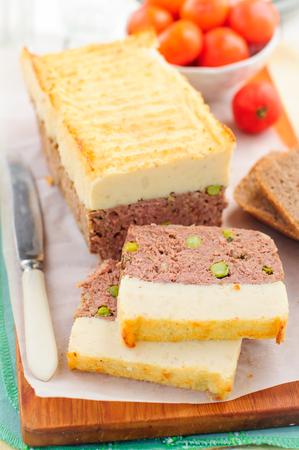 pastel de carne: Beef Pastel de carne con guisantes cubierto con pur� de papa con queso Foto de archivo