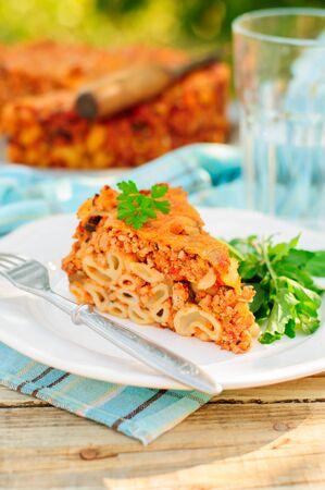 tallarin: Un pedazo de boloñesa Pasta Hornear, macarrones queso, carne picada y Pasta Pie, copia espacio para el texto Foto de archivo
