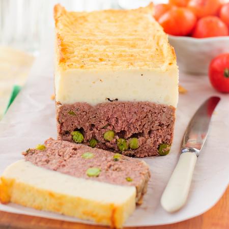 pastel de carne: Beef pastel de carne con guisantes rematado con queso Puré de patata, cuadrado