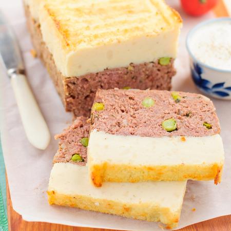 albondigas: Beef Pastel de carne con guisantes cubierto con queso Pur� de patata, de cerca, la plaza Foto de archivo