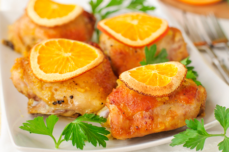 muslos: Chicken Thighs Roasted with Oranges Slices and Spices Foto de archivo