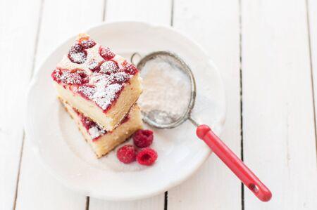 porcion de pastel: Frambuesa y yogurt Pastel espolvoreadas con azúcar impalpable Foto de archivo