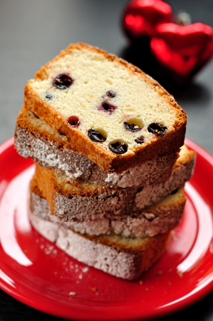 egg white: Egg white cake with berries, cut, Xmas atmosphere