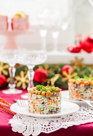 ensaladilla rusa: Ensalada de Navidad alemana con salami, frijoles, pepinillos y crutones de centeno, espacio de copia para su texto