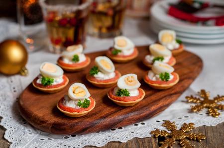 salmon ahumado: Tartas poco de salmón ahumado, queso y huevo de codorniz Foto de archivo