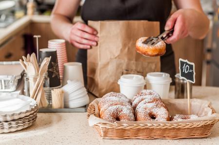 Donut Store-teller, Donuts met poedersuiker in een displaymand