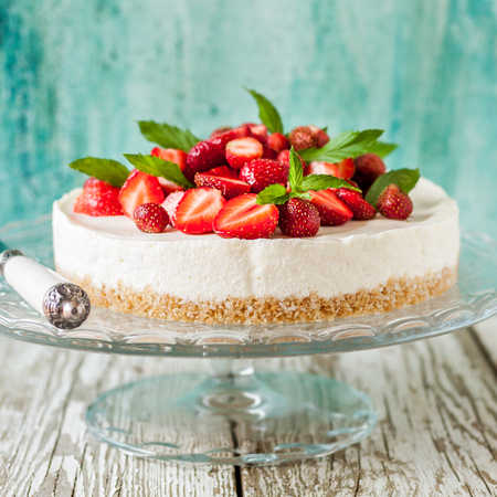 No Bake Strawberry Cheesecake Decorated with Fresh Berries and Mint, square 스톡 콘텐츠