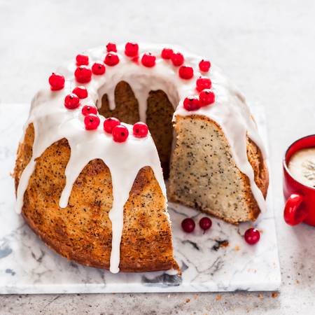 Sliced Lemon Poppy Seed Bundt Cake with Sugar Glaze and Redcurrant, square Banque d'images