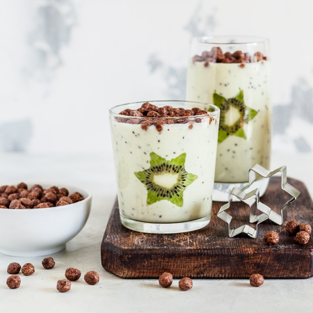 Kiwifruit Smoothie Decorated with Star Shaped Kiwi Slices with Cocoa Cereal Imagens