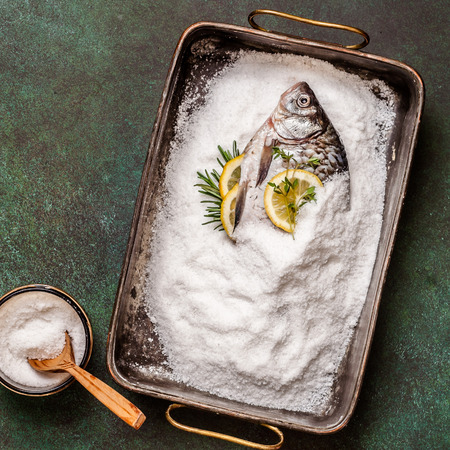Whole Crucian To Be Baked in Salt Imagens