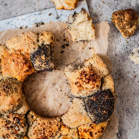Pan de puzle de mono salado con hierbas, semillas, frutos secos y queso, cuadrado