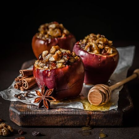 Baked Apples Stuffed with Walnuts and Sultanas, square Imagens