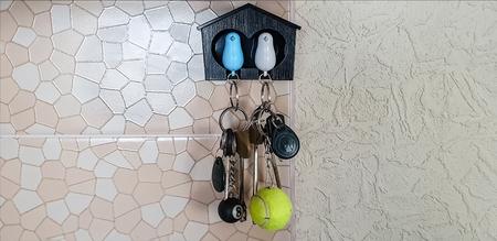 Casita decorativa con palomas para llaves
