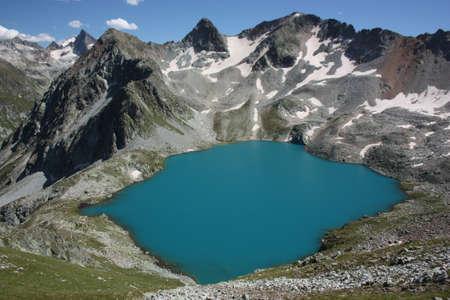 montañas nevadas: murudzhinskoe azul lago, al oeste del Cáucaso