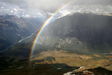 ein schöner Regenbogen in den Bergen