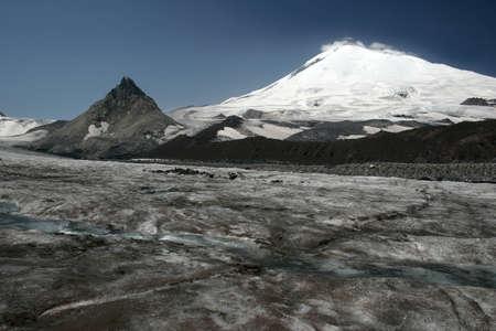 elbrus: Elbrus, the snowy plateau valley. Pyramid elbrusky Kailas, peak Kalitskogo
