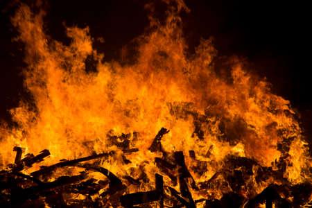 resplandor: Las llamas de una fogata en la noche Foto de archivo