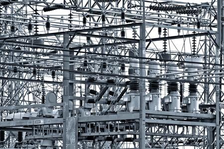 moltitudine: Centrale elettrica - stazione di trasformazione. Moltitudine di cavi e fili.  Archivio Fotografico
