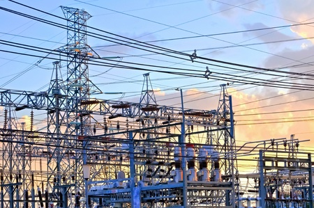 zasilania: Elektrownia - stacja transformacji. Mnogość kabli i przewodów.