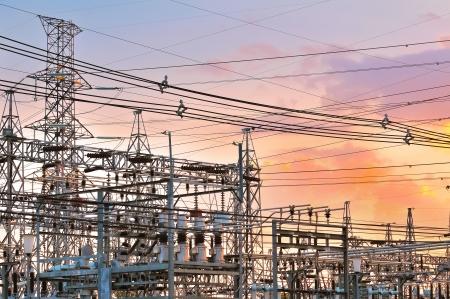 central el�ctrica: Planta de energ�a - la estaci�n de transformaci�n. Multitud de cables y alambres.
