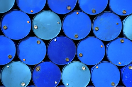 barril de petróleo: Los tanques de combustible apilados en una fila. Foto de archivo